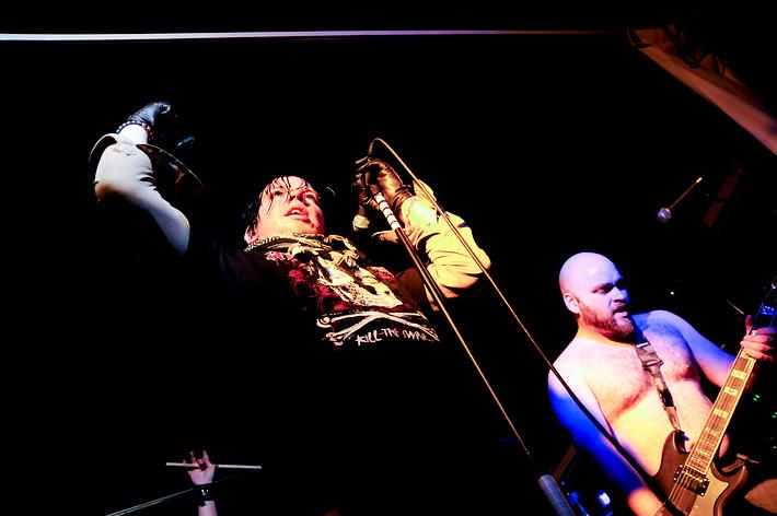 2007-12-05 - Lillasyster spelar på Glada Ankan, Karlstad