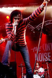 2004-06-19 - The (International) Noise Conspiracy spelar på Hultsfred, Hultsfred
